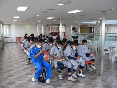 写真キャプション=船のなかで試合の反省会をする佐渡高校野球の部員たち