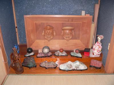 写真キャプション=家の中に残されている父の石コレクションの一部