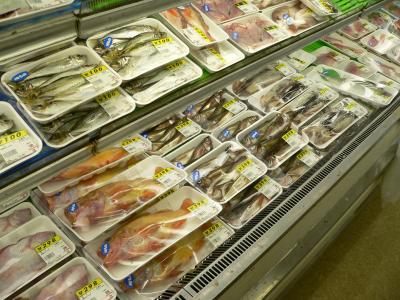 """写真キャプション=佐渡の""""地物""""の魚が並べられたスーパーのショーケース。この魚たちを見ていると、思わず涎(よだれ)が出てくる"""