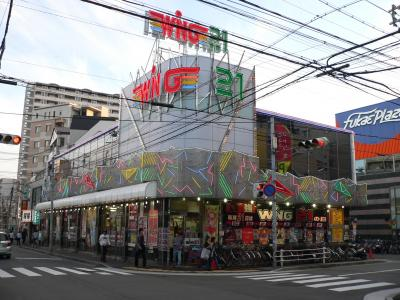 写真キャプション=1次予選第1回審査で200点満点を取った「WING21 深江店」(358台、兵庫県神戸市)