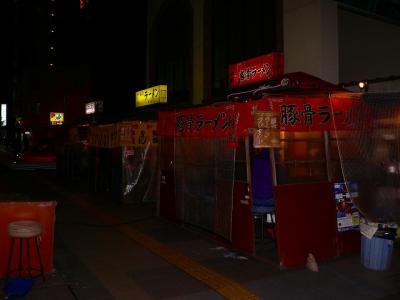 写真キャプション=中洲で飲んだ後に行ったホテル近くの屋台