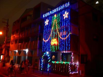 写真キャプション=帰宅途中にあったクリスマスの飾り付けをした民家