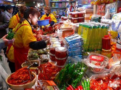 写真キャプション=食欲を誘うキムチの赤い色がこの市場のシンボルとなっている