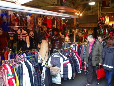 写真キャプション=各国直輸入のコリアンファッション店も市場を彩っている