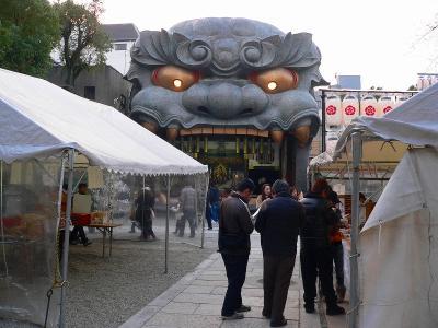 写真キャプション=初詣の参拝客で賑わう大阪・難波2丁目の「八阪神社」