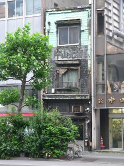 """写真キャプション=東京の事務所近くで見掛けた""""味のある""""建物"""