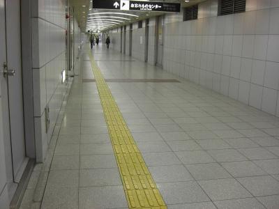 大阪難波駅構内の夕方の地下道