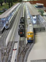 新幹線に挟まれてのんびりする999号