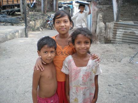 インドの子供服きてない
