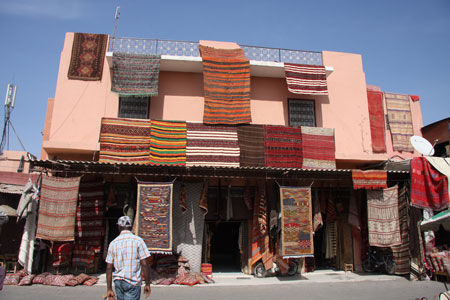 暑苦しくディスプレイされた絨毯