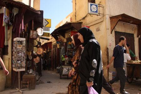 サファリーン広場を通り過ぎる女性