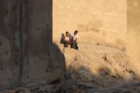 マルーク門に登っている少年たち