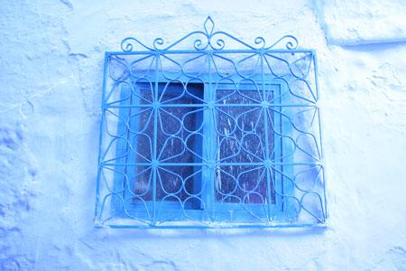 格子窓も青!