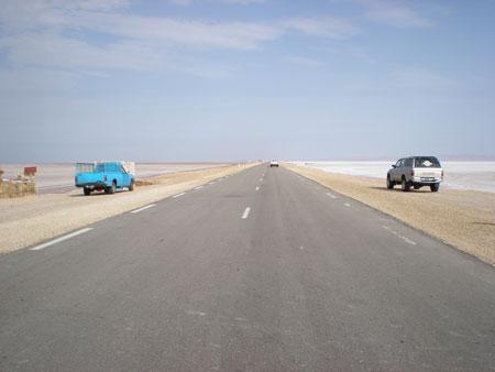 塩湖を通る国道