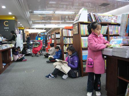 本屋では座り読みが常識?