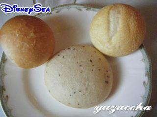 ミッキーに見えるように置かれたパン