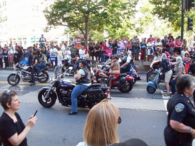 女性のモ-ターサイクリストがスタンバッてます