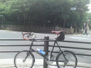 靖国神社前で