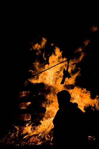 炎と僧侶のシルエット