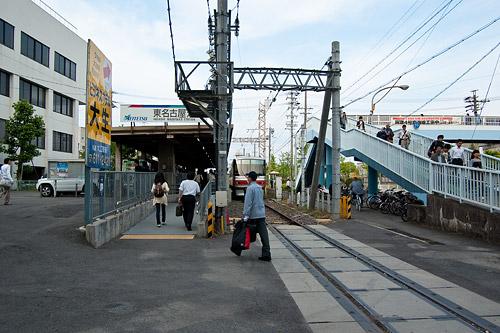 東名古屋港駅出入り口家路に就く人たち