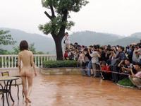 中国のデベロッパーが不動産を売るためにヌード撮影会を開催したら100人速攻で集まる
