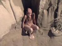 ヌーディストビーチに行こうと全裸で崖を降りていた女性(27)が途中で動けなくなり全裸で救助されたらしい