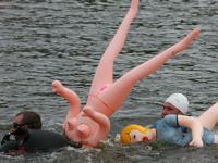 リトアニアでダッチワイフと泳ぐ水泳大会「Barracudas 2011(バラクーダ2011)」開催