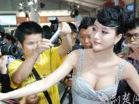 中国のモーターショーでコンパニオンを撮影しようとする状況がひどい