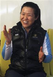 アンナプルナ1峰への挑戦を前に、カトマンズで記者会見する呉銀善さん=3月9日(ロイター=共同)